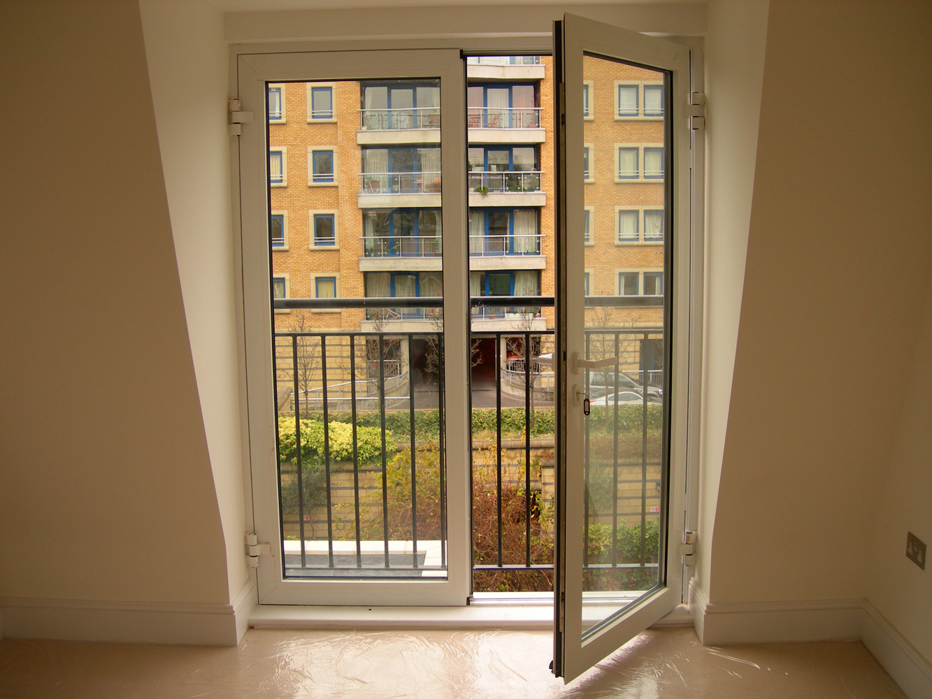 Soundproof interior double doors can be fully opened for ventilation