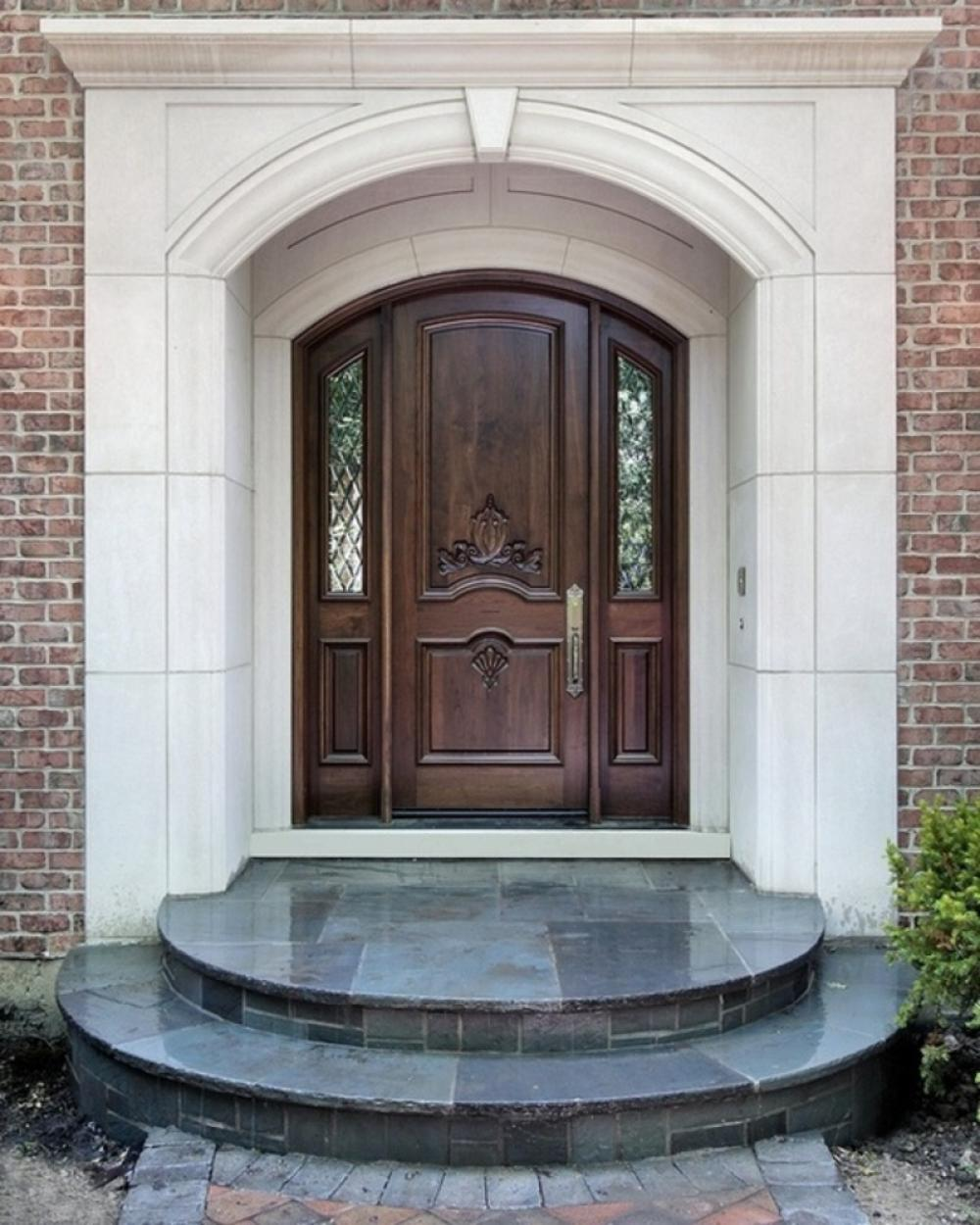 Wooden front doors with sidelights can be elegantly decorated